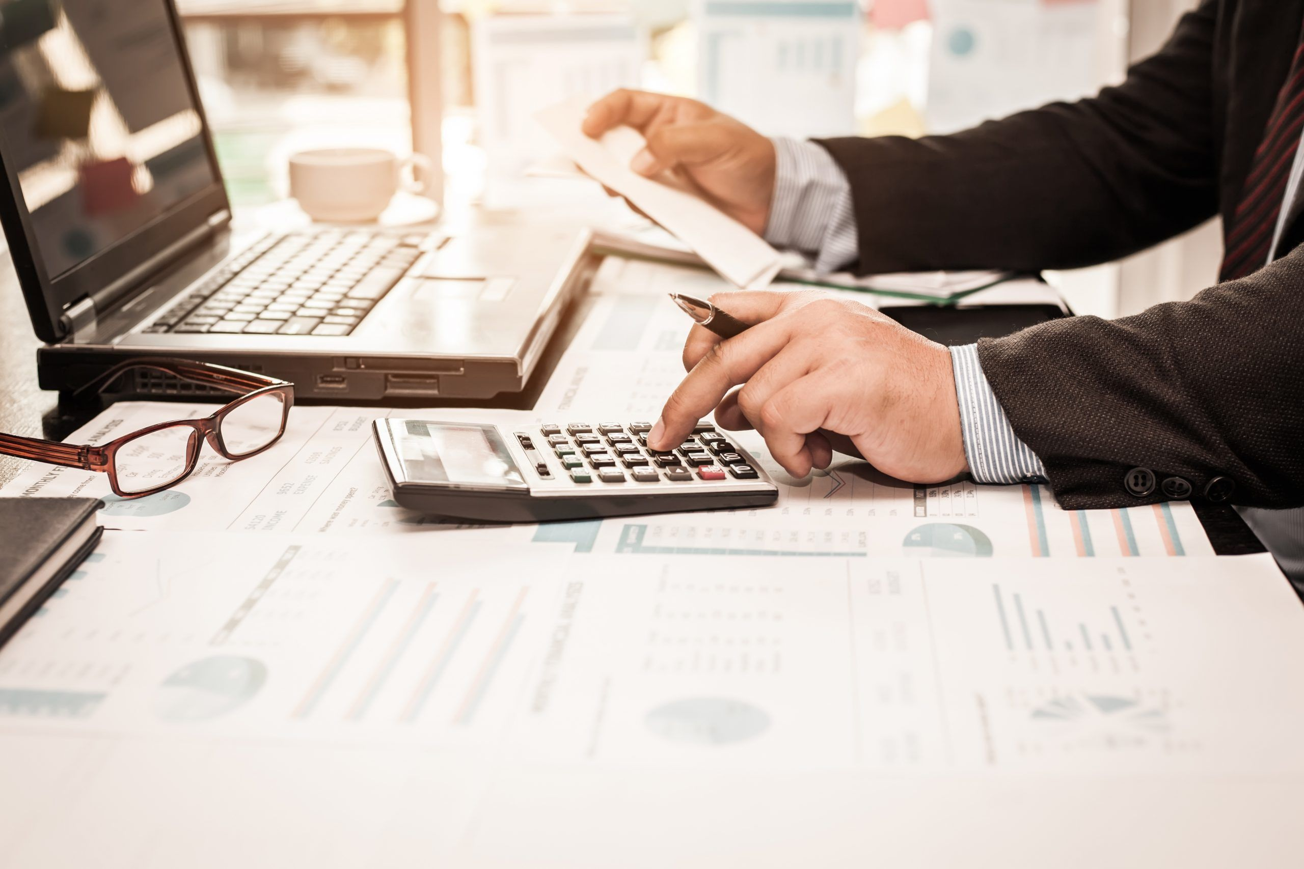 hombre con calculadora en oficina